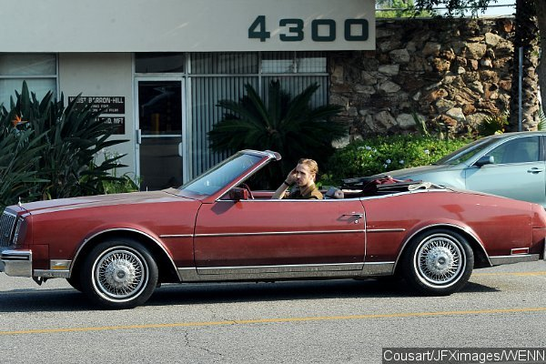 ryan-gosling-rides-classic-car-in-la-la-land-set